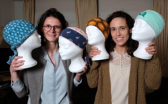 Isabelle Amez en Floor Van der Meeren met maar enkele van de modelletjes, met leuke prints en zelfs vlechtjes of staartjes.