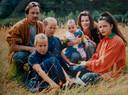 Een van de weinige bewaarde foto's van het gezin Vinke, ongeveer vier jaar voor de ramp. Tweeling Sammy en Cecil en oudste dochter Denise met hun ouders Henk en Jacqueline.  Zij heeft de bijna 1-jarige Jaimy op de knie.