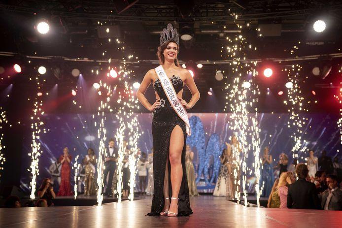 Julia Sinning met de kroon na het winnen van de finale van de Miss Nederland-verkiezing.