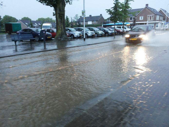De Sint Antoniusweg in Groesbeek-Breedeweg na een forse regenbui.