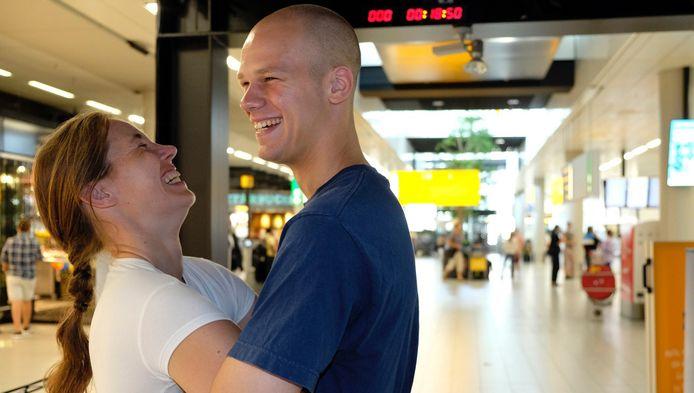 Leonie Jacobs en Guus van Dongen hadden dikke schik tijdens hun 30 uur durende omhelzing
