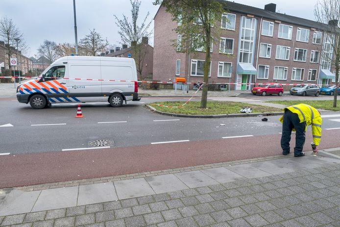 Politie onderzoekt de toedracht van het ongeluk op de Brugstraat in Gennep, december vorig jaar.