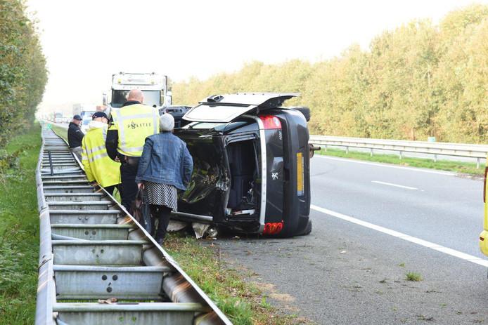 Eén van de auto's kwam gekanteld tegen de vangrail tot stilstand bij een ernstig ongeluk op de A32.