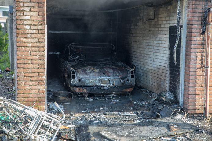 De oldtimer brandde volledig uit