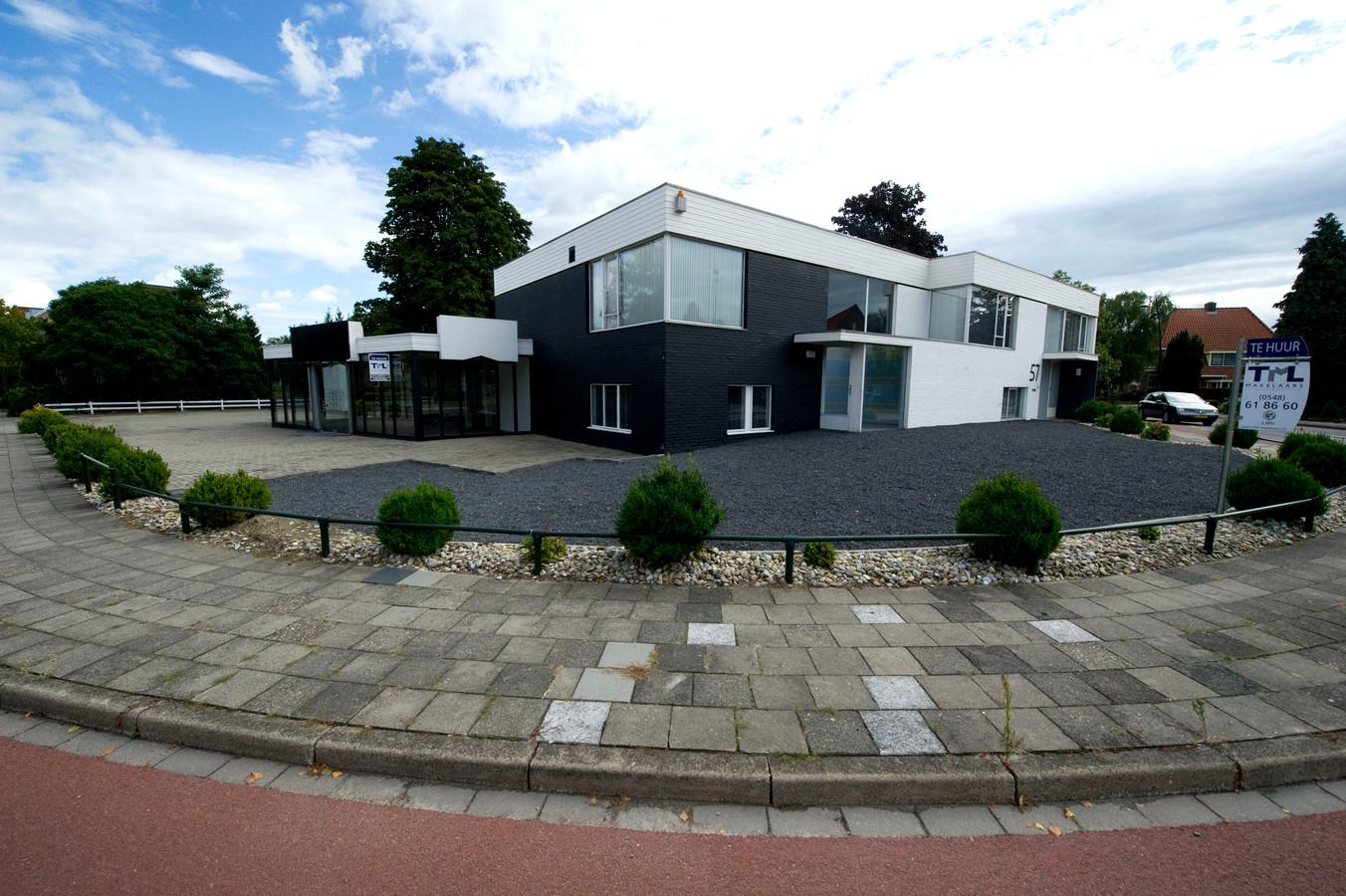 Er is een nieuw bouwplan in de maak voor de locatie Broeks op de hoek Smidsweg/Molenweg, dat volgens projectontwikkelaar Richard Beusink beter past bij het 'dorpse karakter van Nijverdal'.