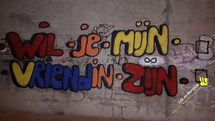 De politie in Gorinchem was wel gecharmeerd van de romantiek achter de actie, maar kon het gebruik van graffiti niet tolereren.
