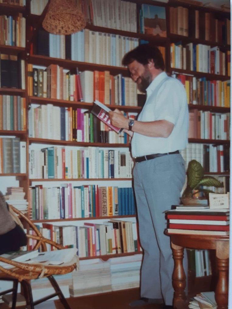 Cees den Heyer voor zijn boekenkast. Beeld