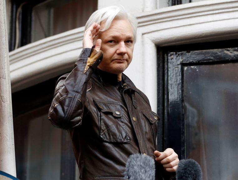 WikiLeaks-oprichter Julian Assange op het balkon van de Ecuadoriaanse ambassade in Londen. Beeld AP