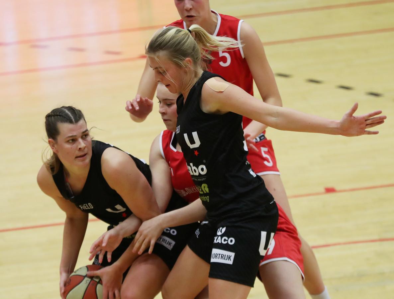 Het was een felbevochten overwinning van Kortrijk Spurs tegen Basket Waregem. Hier schermen Eva en Sien Devliegher de bal af.