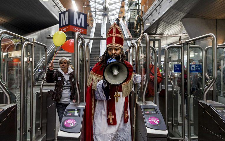 2016-11-05 12:15:48 AMSTERDAM - De Nieuwe Sint (Patrick Mathurin) spreekt mensen toe op metrostation Bijlmer tijdens zijn intocht in Amsterdam. ANP REMKO DE WAAL Beeld anp