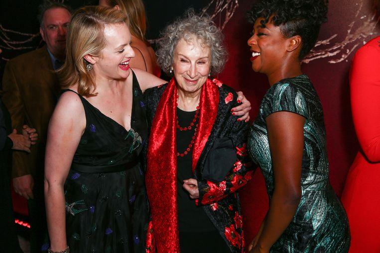 Actrice Elisabeth Moss, schrijver Margaret Atwood en actrice Samira Wiley bij de première van The Handmaid's Tale in 2017. Beeld Getty Images