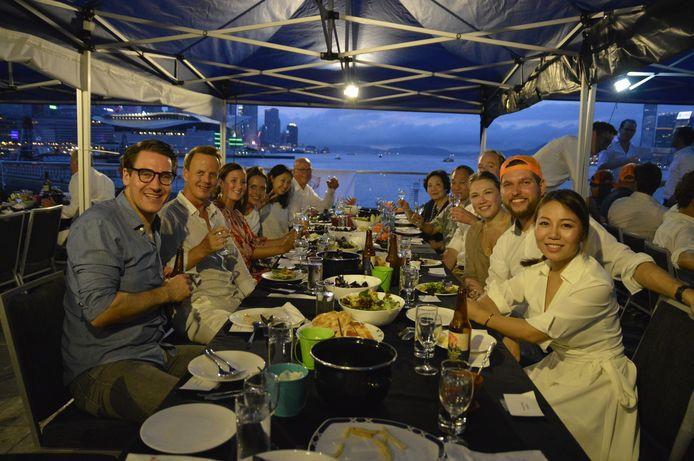 Massale mosselmaaltijd in de haven van Hongkong
