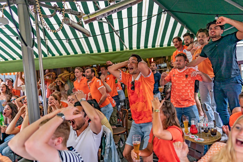 Nederlandse voetbalfans kijken de verliezende wedstrijd van Nederland tegen Tsjechië in Café Kuijper.  Beeld Joris van Gennip