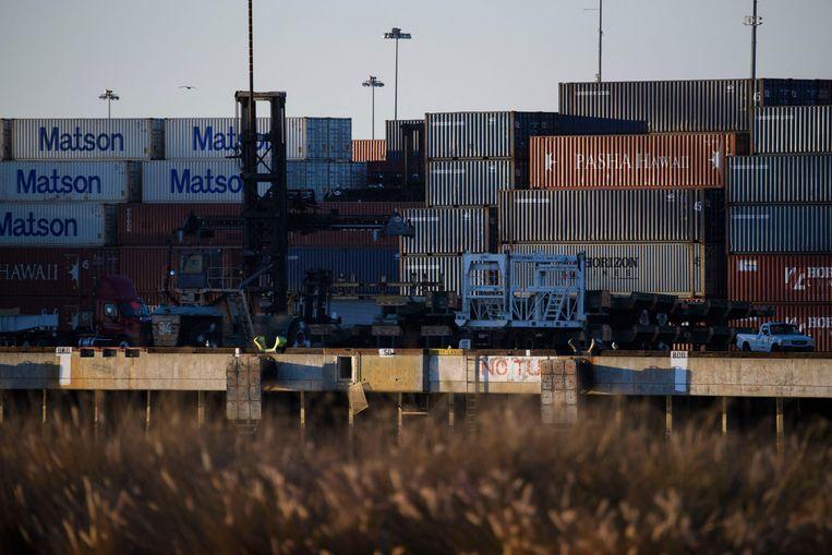 Containers in de haven van Long Beach bij Los Angeles. De haven heeft een grote achterstand bij de afhandeling van containers. Dat probleem speelt ook bij andere havens, zoals Rotterdam. Beeld AFP