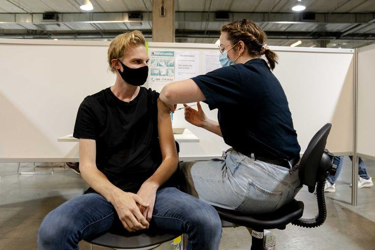 Een GGD-medewerker dient het Janssen-vaccin toe.  Beeld ANP