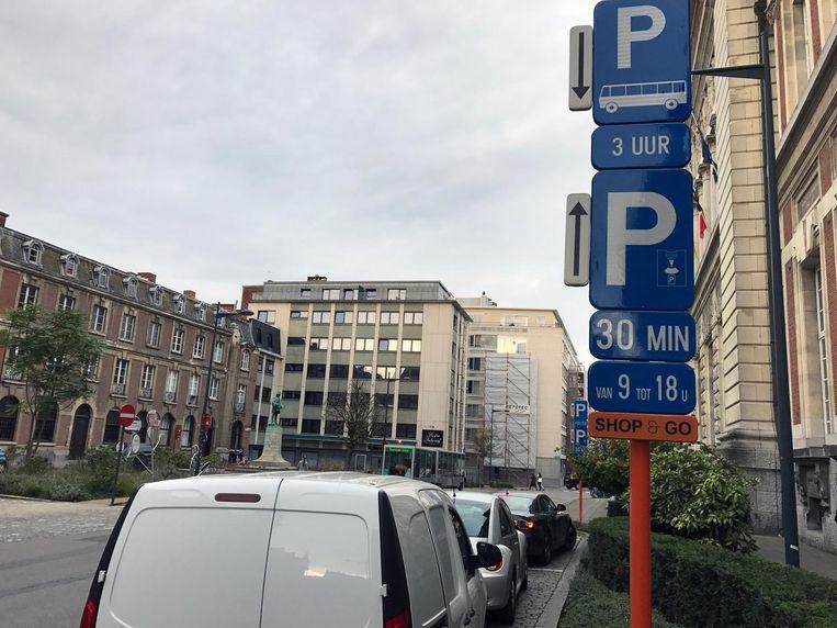 Op de Shop&Go-plaatsen mag je maximaal 30 minuten parkeren. De sensoren zullen dan ook een bericht sturen naar de parkeerwachter als een auto die tijd overschrijdt.