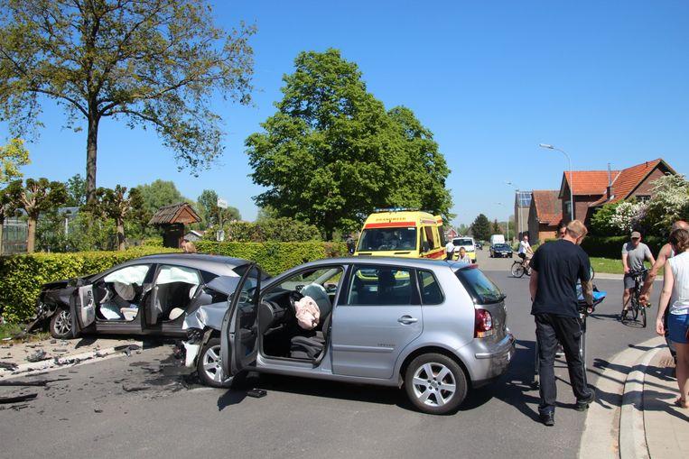 In beide wagens werden alle airbags geactiveerd.
