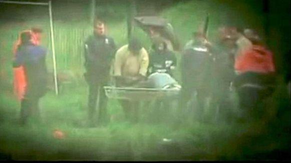 Een screenshot uit de ZDF-reportage 'Aktenzeichen XY' toont hoe speurders de restanten van het lijk transporteren.