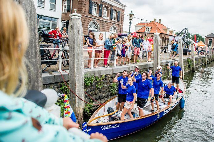 De roeiwedstrijd is al langer onderdeel van het Waterweekend in Willemstad. Hier in 2018, toen de ploeg Willemsvaarders eerste over de finish kwam.  Foto: Joris Knapen | Pix4Profs
