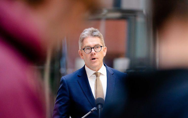 Fred Paling, voorzitter van de raad van bestuur van UWV, geeft een toelichting over de Noodmaatregel Overbrugging voor Werkbehoud.  Beeld ANP