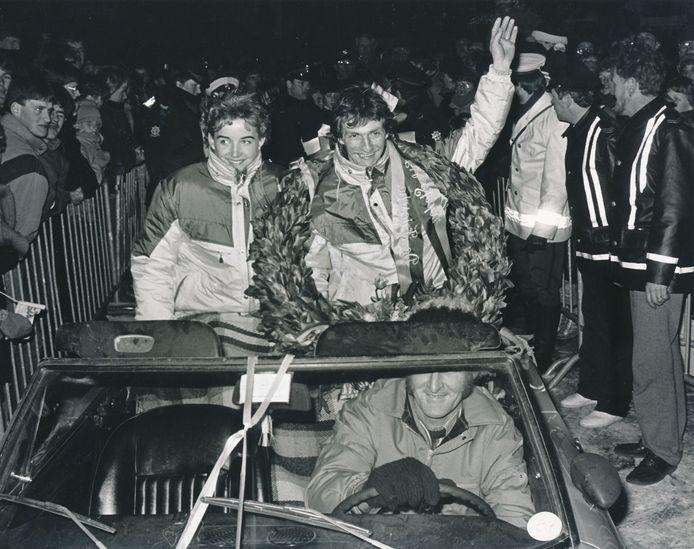 Huldiging na het winnen van de Elfstedentocht in 1985. Evert van Benthem en zijn vrouw Jannette werden na terugkeer uit Leeuwarden in een open auto rondgereden door Sint Jansklooster.