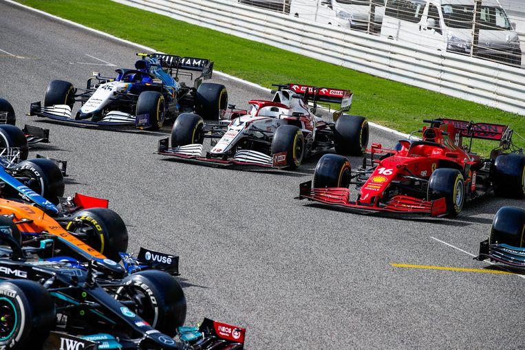De bolides voor het nieuwe F1-seizoen staan te blinken in Sakhir, Bahrein. Beeld Photo News
