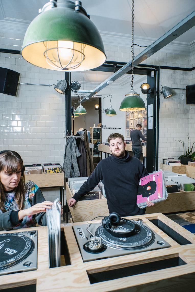 Pim Thomas van Crevette Records in Brussel verkoopt vinylplaten, koffie, thee, wijn en (Brusselse) bieren. Beeld Wouter Van Vooren