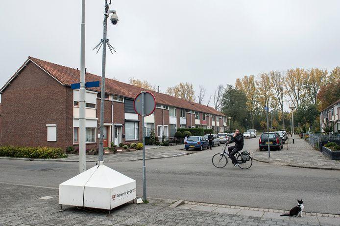 De gemeente heeft een camerapaal geplaatst op de kop van de Bruno Renardstraat in Geeren-Noord na een schietincident afgelopen zondagavond waarbij drie keer geschoten is op een woning.