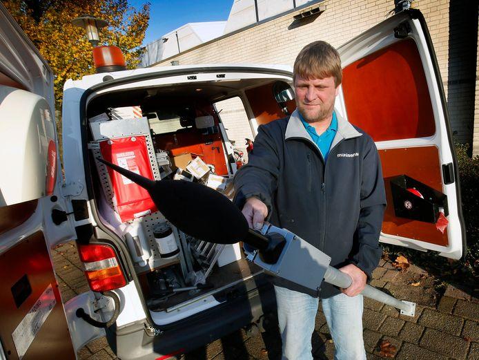 Een medewerker van Munisense bevestigt de meetapparatuur voor het vuurwerkdetectiesysteem in Gorinchem aan een paal.