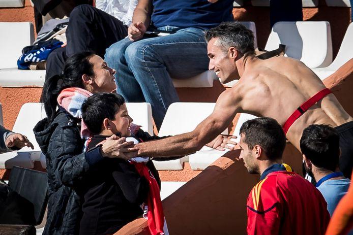 Robin van Persie maakt vrienden in Marbella als hij zijn shirt weggeeft.