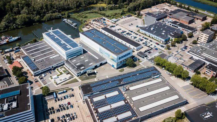 De werf van Damen Shipyards op Avelingen West in Gorinchem, gefotografeerd in 2019. Op meerdere gebouwen liggen op dat moment al zonnepanelen.