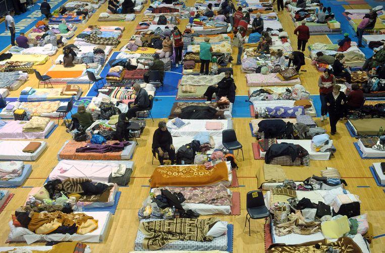 Inwoners van Obrenovac worden opgevangen in een slaapzaal. Beeld AFP