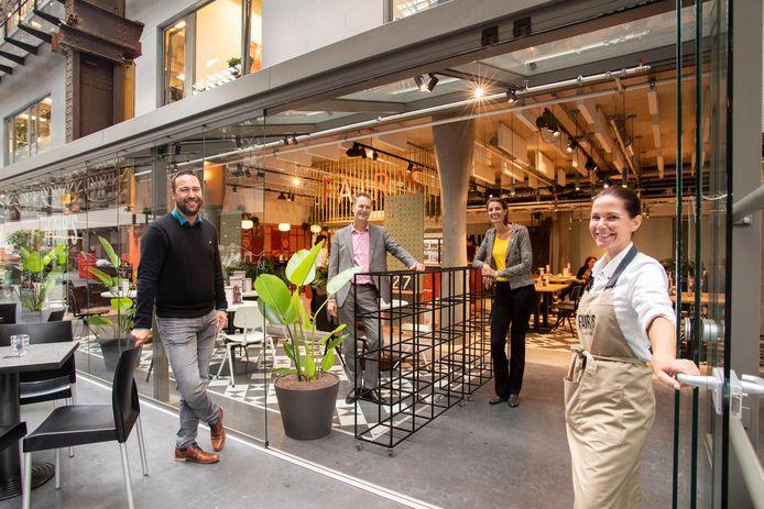 .Een veilige werkomgeving en regionale producten: het nieuwe FAIR's bij het ROC in Hengelo is geopend. Met van links af Dennis van der Laan (Markies Catering), Marcel van Vliet (ROC), Isis Spoek (ROC) en Sandra Peeters (horecamanager).