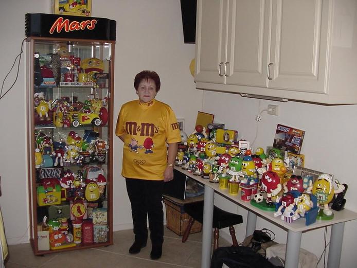 Vanja met een deel van haar verzameling Mars-producten.