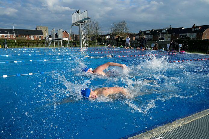 De waterpoloërs van MNCDordrecht zoeken hun heil op een frisse vrijdagmiddag noodgedwongen in het buitenbad in Papendrecht.