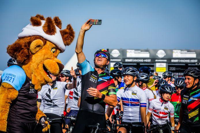 Eerste dag van het Wk tijdrijden met start in Knokke: Johan Museeuw ging graag op de foto met een jonge fan