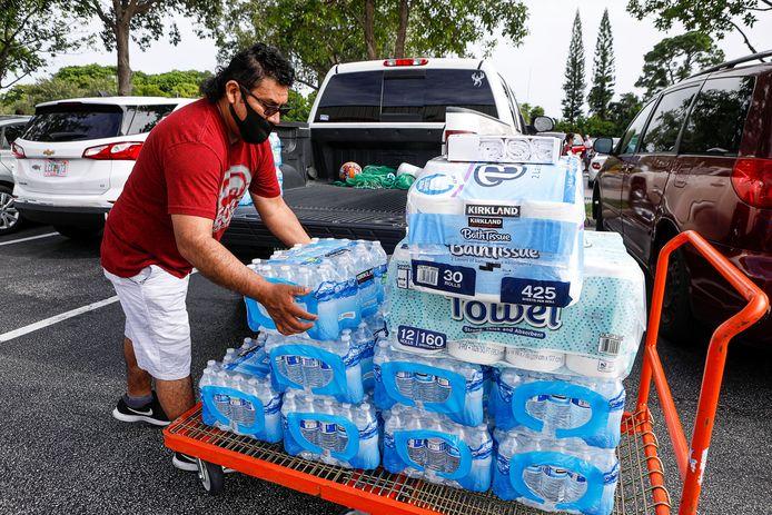 Een man in Lake Worth, Florida, slaat extra water en toiletpapier in om voorbereid te zijn op de orkaan.