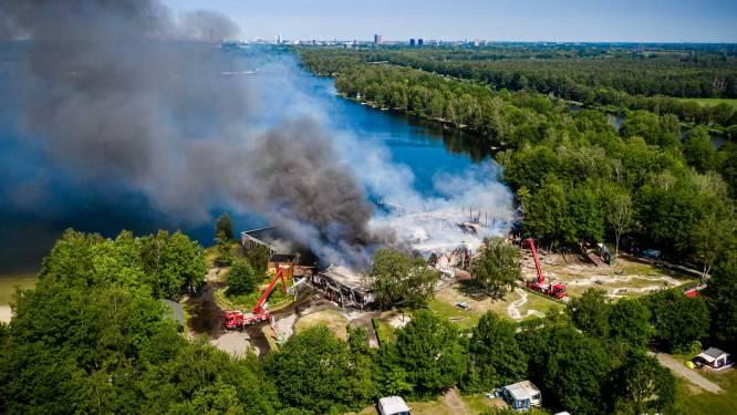 Felle brand in houten hoofdgebouw vakantiepark Beekse Bergen