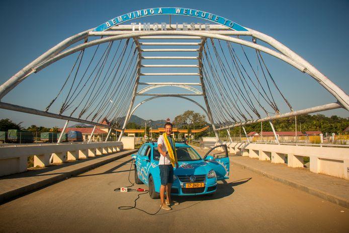 Duurzaamheidspionier Wiebe Wakker is met zijn volledig elektrische Volkswagen op Oost-Timor beland.