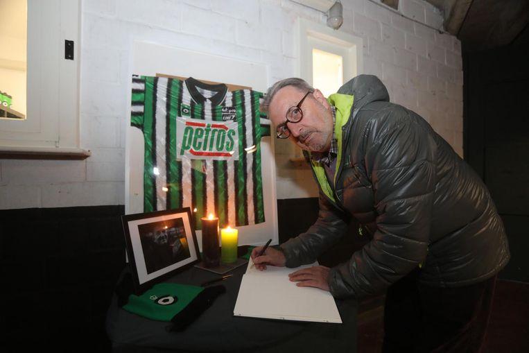 Trouw supporter Paul Blondeel ondertekent het rouwregister op het secretariaat van de Vereniging.
