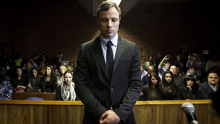 Oscar Pistorius tijdens zijn verschijning voor de rechter die moet beslissen over zijn voorlopige hechtenis, in augustus vorig jaar in Pretoria. Beeld EPA