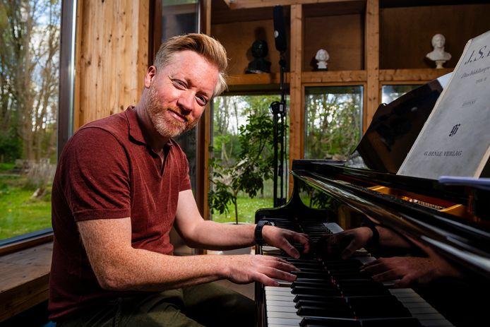 Pianist Florejan Verschueren achter zijn vleugelpiano.
