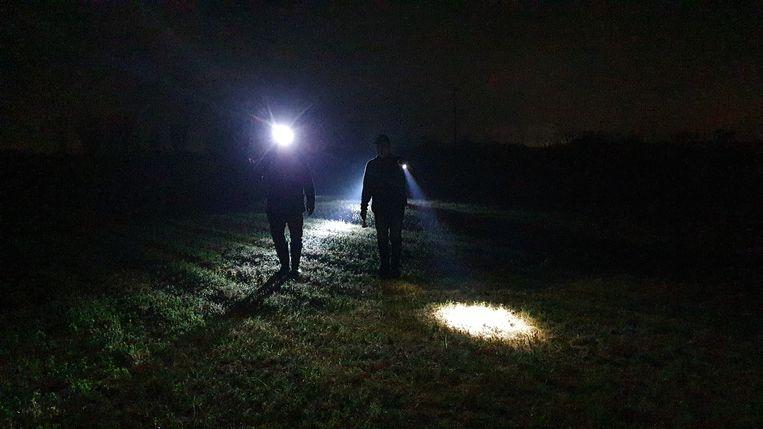 Vogelbeschermers Alessandro Gatto en Antonio Borelli  ontmantelen 's nachts lokinstallaties. Beeld Pauline Valkenet