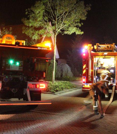 Brand achter woning in Rijssen: buurman wekt bewoners