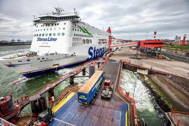 Een veerboot vol met vrachtwagens vertrekt uit de Rotterdamse haven naar Engeland. Veel bedrijven ondervinden hinder van de Brexit. Beeld Raymond Rutting / de Volkskrant