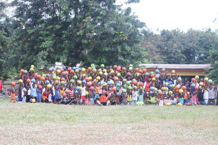 Sander Fransen maakt hier tientallen Ghanese kinderen dolblij met bal.