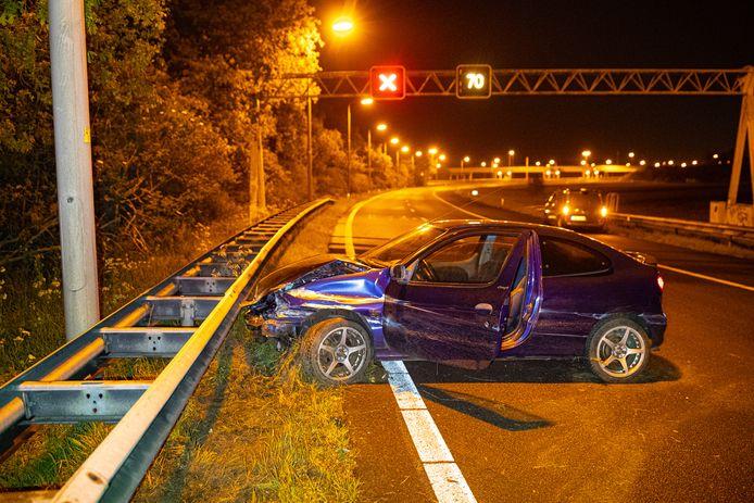 De bestuurder van deze auto ging er na zijn ongeluk te voet vandoor.
