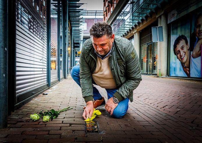 John Rijsdijk laat de struikelstenen van Isaäc, Aaltje en Flora Blitz weer mooi glimmen.