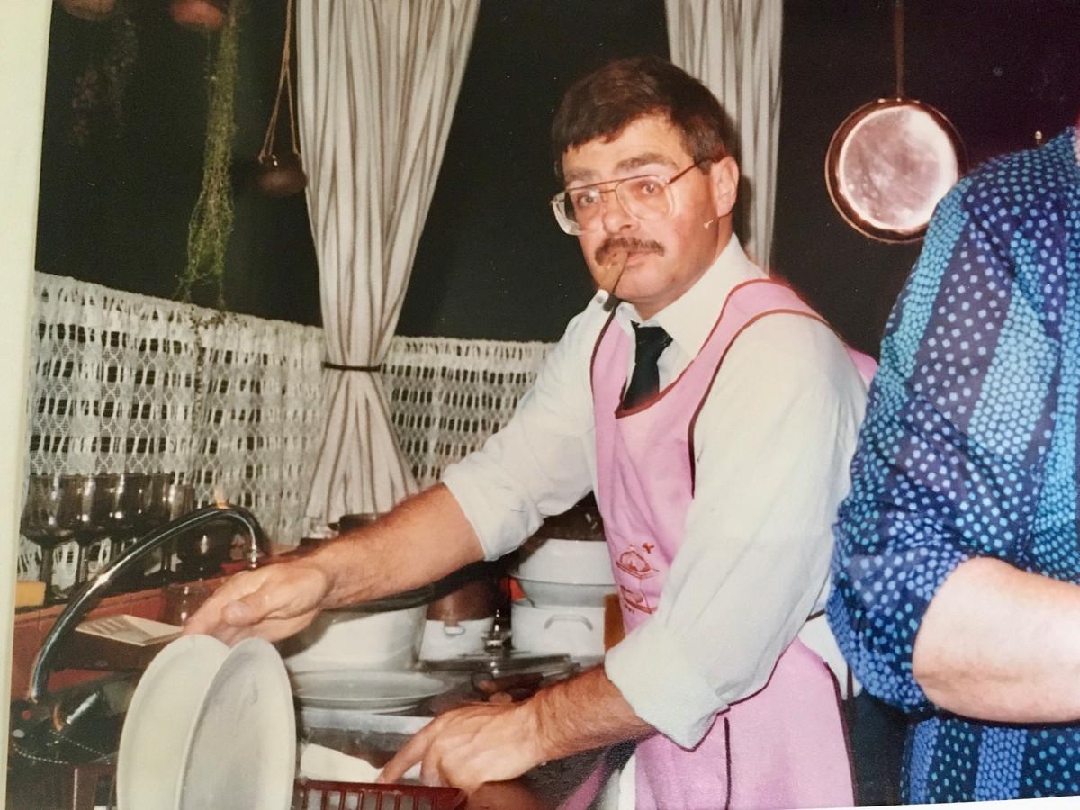 Piet van der Lans deed niets aan het huishouden. De enige keer dat hij afwaste werd hier vastgelegd.