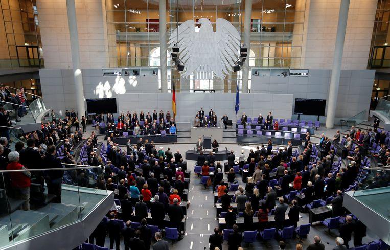 Duitse regerings- en parlementsleden zingen hun volkslied.  Beeld REUTERS